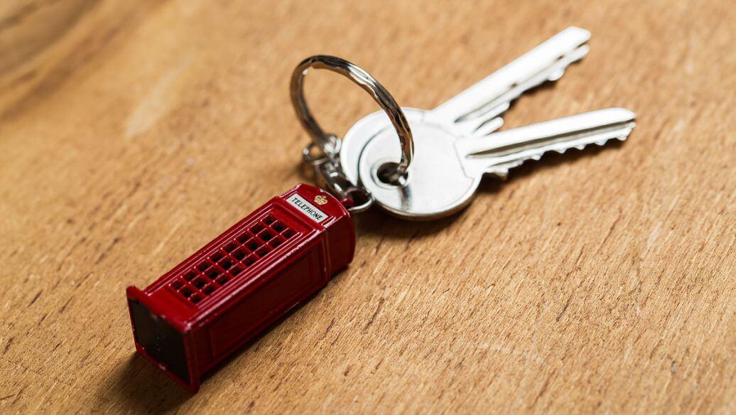 回到家发现忘带钥匙,去找女友拿钥匙的路上发生交通事故能算工伤吗?